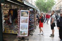 BARCELONA SPANIEN - JUNI 09: Souvenir shoppar på den LaRambla gatan på Royaltyfria Bilder