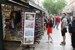 BARCELONA, SPANIEN - 9. JUNI: Souvenirladen an La Rambla-Straße an Lizenzfreie Stockbilder