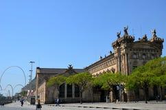 BARCELONA SPANIEN, kan: Cityscapesikt av den Drassanes fyrkanten Placa de les Drassanes i Barcelona, Spanien arkivbild