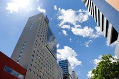 BARCELONA, SPANIEN, am 15. Mai 2016 - moderne Gebäude in Poblenou-Bezirk an einem sonnigen Tag Lizenzfreies Stockfoto