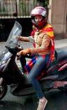 Barcelona Spanien - Maj 17, 2014: FC Barcelonafans på den motoriska sparkcykeln Royaltyfria Foton