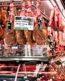 BARCELONA SPANIEN - MAJ 12, 2015: Kött shoppar med Iberian skinka på B Royaltyfria Foton