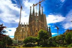 Barcelona Spanien - 3 Maj 2018: La Sagrada Familia, domkyrka planlade av Antoni Gaudi som är byggande efter 1882 och fortfarande  Arkivfoto