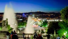 BARCELONA SPANIEN - 04 MAJ, 2005: Nattsikt av den magiska springbrunnljusshowen Arkivfoton