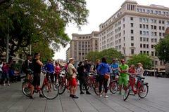 Barcelona Spanien - Maj 17, 2014: turnera på cyklar i den gotiska fjärdedelen Royaltyfria Bilder