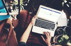 Barcelona Spanien -01 02 2016: Man registreringsfacebooksida Den generiska designbärbara datorn är på hans knä Social nätverksskä Arkivfoton