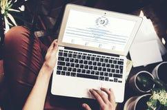 Barcelona Spanien -01 02 2016: Mansikten söker wikipediawebbplatsen Den generiska designbärbara datorn är på hans knä bilden för  Royaltyfria Bilder