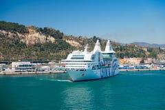 Barcelona Spanien - mars 30, 2016: extas Genova för haveyeliner GNV i havshamn på berg Kryssningdestination och arkivbilder