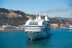 Barcelona Spanien - mars 30, 2016: extas Genova för kryssningskepp GNV i hamn Tur för destination för kryssningskepp Sommar royaltyfria foton