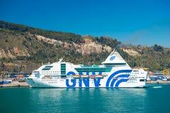 Barcelona Spanien - mars 30, 2016: extas Genova för kryssningskepp GNV i havet på berglandskap Kryssningdestination och arkivfoto