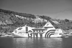 Barcelona Spanien - mars 30, 2016: extas Genova för kryssningskepp GNV i havet på berglandskap Kryssningdestination och arkivfoton