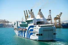 Barcelona Spanien - mars 30, 2016: extas Genova för passagerareskepp GNV i havsport Kryssningdestinationstur på skeppet royaltyfria foton
