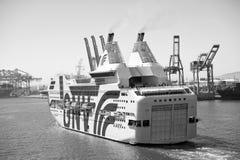 Barcelona Spanien - mars 30, 2016: extas Genova för passagerareskepp GNV i havsport Kryssningdestinationstur på skeppet fotografering för bildbyråer