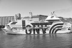 Barcelona Spanien - mars 30, 2016: extas Genova för passagerareskyttel GNV i havsport Kryssningdestinations- och skytteltur royaltyfri bild