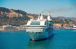 Barcelona Spanien - mars 30, 2016: extas Genova f?r kryssningskepp GNV i hamn Tur f?r destination f?r kryssningskepp Sommar royaltyfri foto
