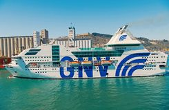 Barcelona Spanien - mars 30, 2016: extas Genova f?r passagerareskyttel GNV i havsport Kryssningdestinations- och skytteltur arkivbilder
