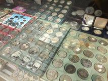 Barcelona Spanien, mars 2016: handel av antika och gamla mynt på lokal numismatisk loppmarknad Fotografering för Bildbyråer