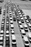 Barcelona Spanien - mars 30, 2016: nya bilar i rader på parkering Auto export och import av bilen Medelsändning bil arkivfoton