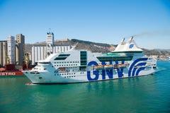 Barcelona Spanien - mars 30, 2016: skepp- eller för eyeliner GNV extas Genova i havshamn på berglandskap ship för costakryssningl royaltyfri bild