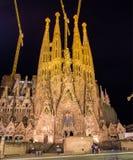 BARCELONA SPANIEN - NOVEMBER 09: Nattsikt av Sagrada Familia ch Arkivbilder