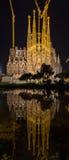 BARCELONA SPANIEN - NOVEMBER 09: Nattsikt av Sagrada Familia ch Arkivbild