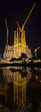 BARCELONA SPANIEN - NOVEMBER 09: Nattsikt av Sagrada Familia ch Arkivfoto