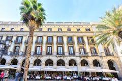 BARCELONA SPANIEN - November 10: Plaza verkliga Placa Reial i Barcelona, Spanien Fyrkanten, med lyktor som planläggs av Gaudi Royaltyfria Bilder