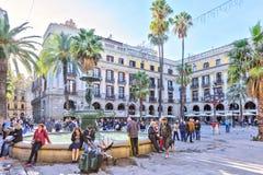 BARCELONA SPANIEN - November 10: Plaza verkliga Placa Reial Kunglig person fyrkantiga Catalonia Arkivbild