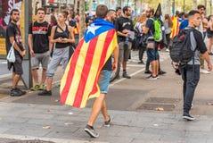 BARCELONA SPANIEN - OKTOBER 3, 2017: Demonstranter uthärda den catalan flaggan under protester för självständighet i Barcelona Ko Fotografering för Bildbyråer