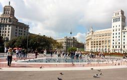 BARCELONA SPANIEN - OKTOBER 17, 2017 - folk på fyrkanten i lodisar Arkivbild