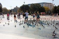 BARCELONA SPANIEN - OKTOBER 17, 2017 - folk på fyrkanten i lodisar Royaltyfri Foto