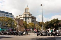 BARCELONA SPANIEN - OKTOBER 17, 2017 - sparkcyklar, folk på det sq Fotografering för Bildbyråer