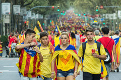 BARCELONA SPANIEN - SEPT 11: Tonåringar som manifasteting ingependenc Fotografering för Bildbyråer