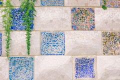 Barcelona Spanien - September 10, 2016: Den blom- mosaiken parkerar in Guell Royaltyfria Foton