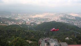 Barcelona Spanien-September 2, 2018: Munterhetjordning i det Tibidabo berget, Barcelona - Flyga i trevlig nivå över stad lager videofilmer