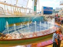BARCELONA SPANIEN - SEPTEMBER 06, 2015: Tjusningen för kryssningskepp av haven av det kungliga karibiska internationella företage Royaltyfri Bild