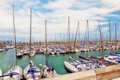 Barcelona Spanien, 2012 05 20 - sikt på en hamn mycket av sailboaen royaltyfri fotografi