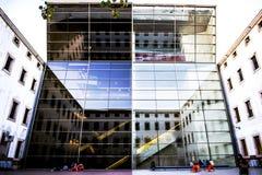 Barcelona Spanien som bygger med spegelförsett exponeringsglas arkivfoto