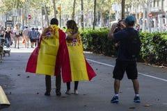 Barcelona Spanien, 8th Augusti 2017: Supportrar för enhet med den Spanien waen Royaltyfria Bilder