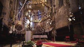 BARCELONA, SPANJE - April, 2018: Binnenland van Kathedraal van het Heilige Kruis en de Heilige Eulalia voorraad Binnen de Kathedr stock footage