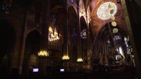 BARCELONA, SPANJE - April, 2018: Binnenland van Kathedraal van het Heilige Kruis en de Heilige Eulalia voorraad Binnen de Kathedr stock videobeelden