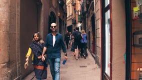 BARCELONA, SPANJE - APRIL, 15, 2017 De toeristen lopen langs smalle voet oude stadsstraat royalty-vrije stock afbeeldingen