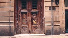 BARCELONA, SPANJE - APRIL, 15, 2017 Oude graffiti behandelde deuren stock foto