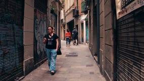 BARCELONA, SPANJE - APRIL, 15, 2017 Toeristen die langs smalle voetstraat lopen stock foto's