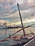 Barcelona, Spanje, April 2018: Uitstekende traditionele Mediterrane zeilboot op baai van Barcelona royalty-vrije stock fotografie
