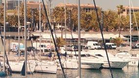 BARCELONA, SPANJE - APRIL, 15, 2017 Vastgelegde zeilboten en motorboten bij de jachthavendijk stock foto's