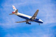 BARCELONA, SPANJE - AUGUSTUS 20, 2016: British Airways-vliegtuig in de blauwe hemel Exemplaarruimte voor tekst Royalty-vrije Stock Afbeeldingen