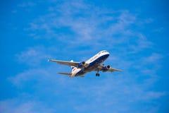 BARCELONA, SPANJE - AUGUSTUS 20, 2016: British Airways-vliegtuig in de blauwe hemel Exemplaarruimte voor tekst Stock Foto's