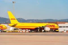 BARCELONA, SPANJE - AUGUSTUS 20, 2016: Geel Boeing 757 ladingsvliegtuig van logistiek meer courrier bedrijf DHL De ruimte van het Royalty-vrije Stock Foto's
