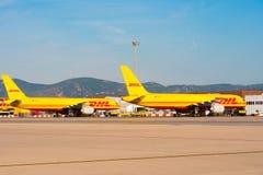 BARCELONA, SPANJE - AUGUSTUS 20, 2016: Gele vrachtvliegtuigen Boeing 757 van de logistiekkoeriersdienst DHL Exemplaarruimte voor  Royalty-vrije Stock Afbeeldingen
